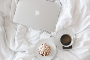 laptop-coffee-in-bed