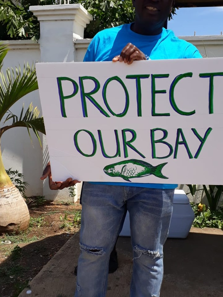 Photo of protest sign against dolphin attraction in Discovery Bay